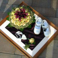 mit Fliege, Blumenanstecker und Hochzeitsschuhe vom Töchterchen