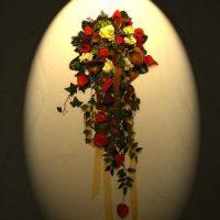 Brautstrauß flach arrangiert als Deko für Holztisch mit Glasplatte